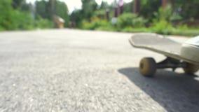 Giro del ragazzo del pattinatore del primo piano sul pattino nel parco del pattino all'aperto Scarpe arancio di usura del piede d video d archivio