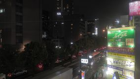 Giro del treno a Osaka che viene lentamente ad una fermata archivi video