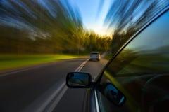Giro dell'automobile sulla strada Immagini Stock