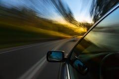 Giro dell'automobile sulla strada Fotografia Stock
