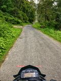 Giro della bici attraverso la foresta immagine stock libera da diritti