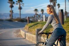 Giro della bici della donna Fotografia Stock