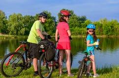 Giro della bici della famiglia all'aperto, genitori attivi e riciclaggio del bambino fotografia stock libera da diritti