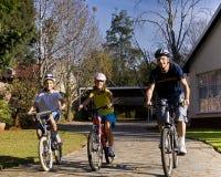 Giro della bicicletta della famiglia Immagine Stock