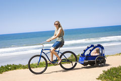Giro della bicicletta della famiglia lungo la spiaggia Immagini Stock Libere da Diritti