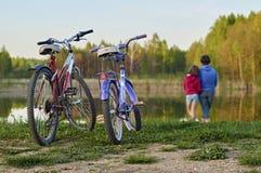 Giro della bicicletta di sera intorno al lago Immagini Stock