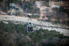 Giro della cabina di funivia fino alle montagne Fotografie Stock Libere da Diritti