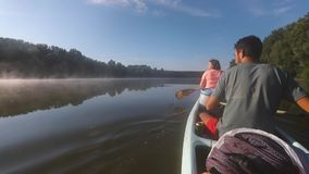 Giro della canoa su un fiume stock footage