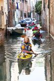 Giro della città dai turisti con il kajak, canale stretto, Venezia, Italia Immagine Stock