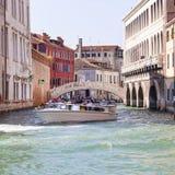 Giro della città dai turisti con la nave da crociera, canale laterale, Venezia, Italia Immagine Stock