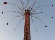 Giro della gente sull'alta torre estrema del carosello Immagini Stock Libere da Diritti