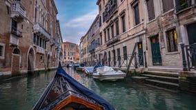 Giro della gondola tramite i canali di Venezia fotografia stock