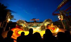 Giro della luna park che fila alla notte Fotografia Stock Libera da Diritti
