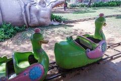 Giro della luna park del treno dell'anatra che entra nella bocca del drago, Chennai, India 29 gennaio 2017 Immagini Stock