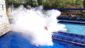 Giro della spruzzata dell'acqua del parco di europa al rallentatore stock footage