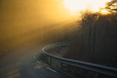 Giro della strada e nebbia arancio fotografia stock libera da diritti