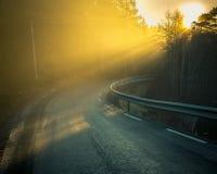 Giro della strada e nebbia arancio immagini stock
