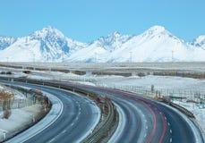Giro della strada principale e delle montagne Fotografia Stock