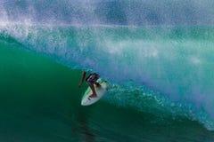 Giro di abilità dell'onda della cavità del surfista Immagine Stock