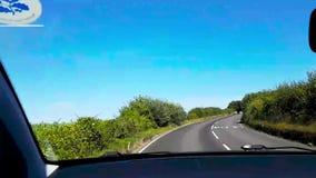 Giro di andata veloce dell'automobile sull'isola rurale dell'Inghilterra video d archivio