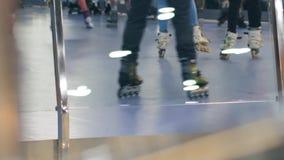 Giro di anni dell'adolescenza sui rulli a rollerdrome stock footage