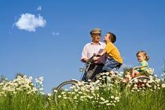 Giro di Bycycle con il grandpa nella sorgente Immagini Stock