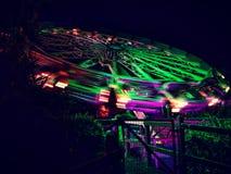 Giro di filatura al neon del parco a tema Immagine Stock
