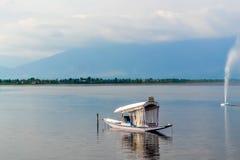 Giro di un crogiolo di Shikara o di casa galleggiante sul lago Srinagar, il Jammu e Kashmir, India dal La grande gamma dell'Himal fotografia stock