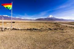 Giro di Uyuni intorno ai laghi ed ai vulcani delle Ande boliviane un viaggio stupefacente fotografie stock