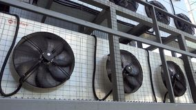 Giro do fã da unidade do condicionador de ar Sistema de condicionamento de ar industrial na parede fora Grandes fãs industriais d filme