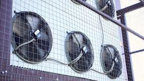 Giro do f? da unidade do condicionador de ar Sistema de condicionamento de ar industrial na parede fora vídeos de arquivo