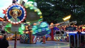 """Giro Fahrgeschaeft """"magia """"della luna park alla fiera di divertimento tedesca Kirmes nella panoramica di Berlino video d archivio"""