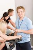 Giro joven de la gente de la gimnasia del instructor de la aptitud Imagenes de archivo