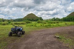 Giro locativo di ATV vicino alle colline del cioccolato fotografie stock