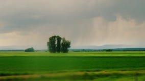 Giro lungo la campagna pittoresca Prima che la pioggia cominci, i folgori stock footage