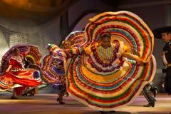 Giro mexicano de Yellow Dress Spreading del bailarín Imagen de archivo libre de regalías