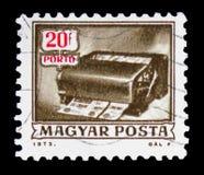 Giro postal que cancela la máquina, serie debido del franqueo, circa 1973 imágenes de archivo libres de regalías