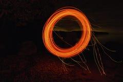 Giro redondo do círculo do fogo longo da exposição Fotos de Stock