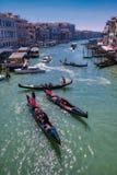 Giro romantico della gondola nei canali di Venezia, Italia fotografia stock