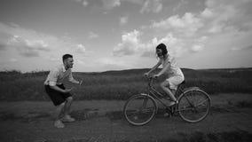 Giro unito della bici in natura archivi video