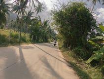 Giro urbano della città dell'Asia Tailandia del motorino di punto di vista della persona della via della bici primo immagine stock libera da diritti
