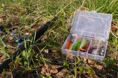 Giro y sistema de cebos en la hierba Pesca de la tarde Imagen de archivo libre de regalías