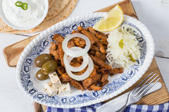 Girobussole con le olive ed il feta dell'insalata di cavoli di Tzatziki immagini stock