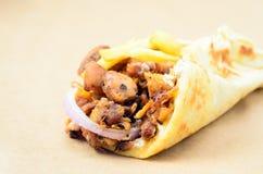 Girobussole greche con carne, patate fritte della pita di Traditiona O disposta Fotografia Stock