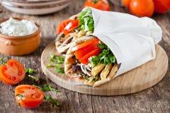 Girobussole greche con la salsa di tzatziki Fotografie Stock Libere da Diritti