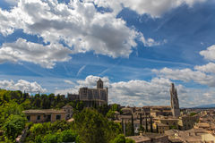 Girona παλαιά πόλης άποψη με τα πράσινους βουνά και το μπλε ουρανό με τα σύννεφα Στοκ Φωτογραφίες