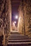 Girona belichtete Straßenansicht mit in alter Stadt in der Nacht Stockfotografie