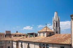 GIRONA, ESPAÑA - MAYO DE 2016: Vista de Girona - pastores de la casa en Placa de Cathedral Fotos de archivo