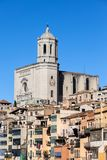Girona-Kathedrale und alte Reihenhäuser Lizenzfreie Stockbilder