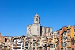 Girona-Kathedrale und alte Reihenhäuser Lizenzfreies Stockfoto